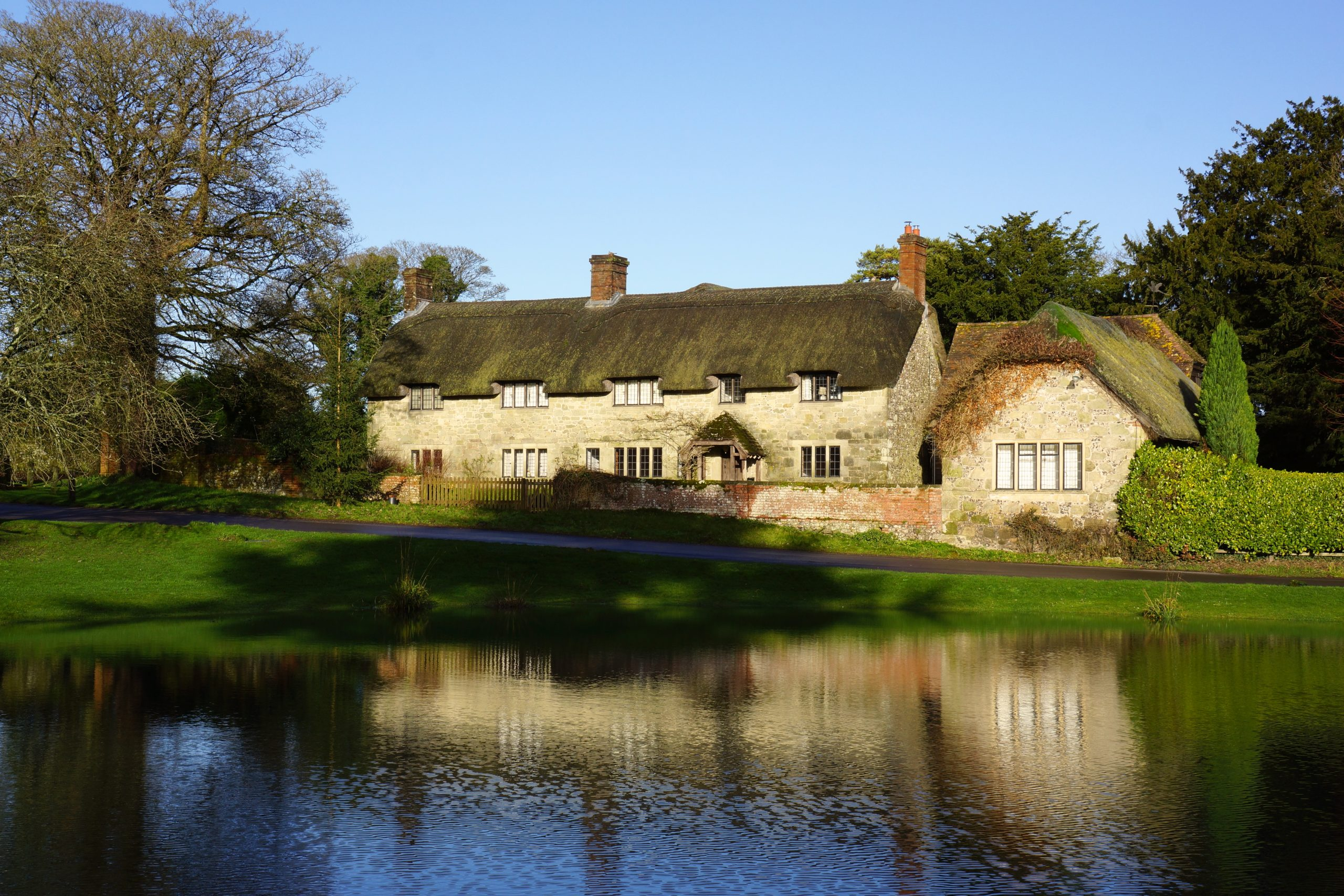 Sunday photo this is england ashmore pond with thatched for Wallpaper home england